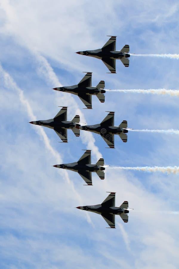 Sechs Thunderbird-Strahlen in der Anordnung lizenzfreie stockfotos