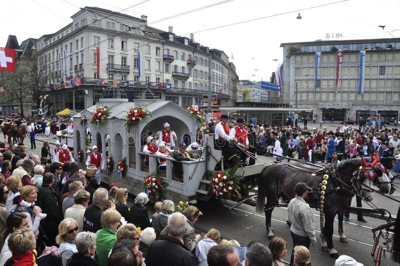 Sechseläuten游行:人大量在Zà ¼富有城市 库存图片