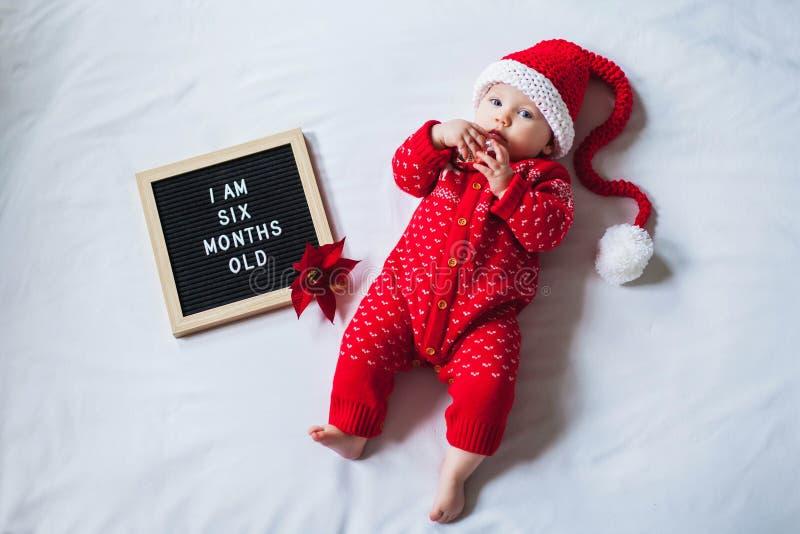 6 Sechsmonatiges kleines Mädchen auf weißem Untergrund mit Weihnachtskostüm Flachlagenzusammensetzung lizenzfreie stockfotos