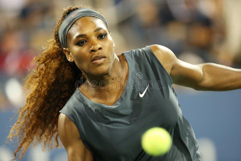Sechzehnmal Grand Slam-Meister Serena Williams während seiner Erstrunde verdoppelt Match mit Mannschaftskameraden Venus Williams i stockbild