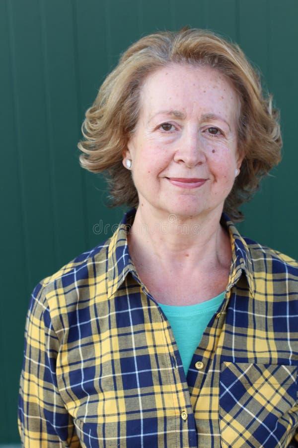 Sechzig Jahre alte Frau Headshot lizenzfreie stockfotos