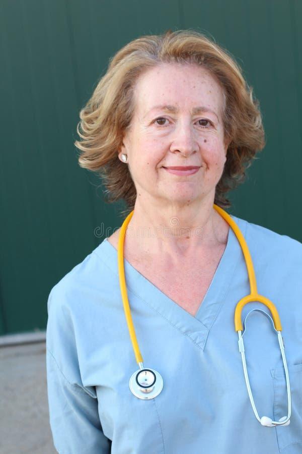 Sechzig Jahre alte Gesundheitswesenarbeitskraft-Abschluss oben stockfotos