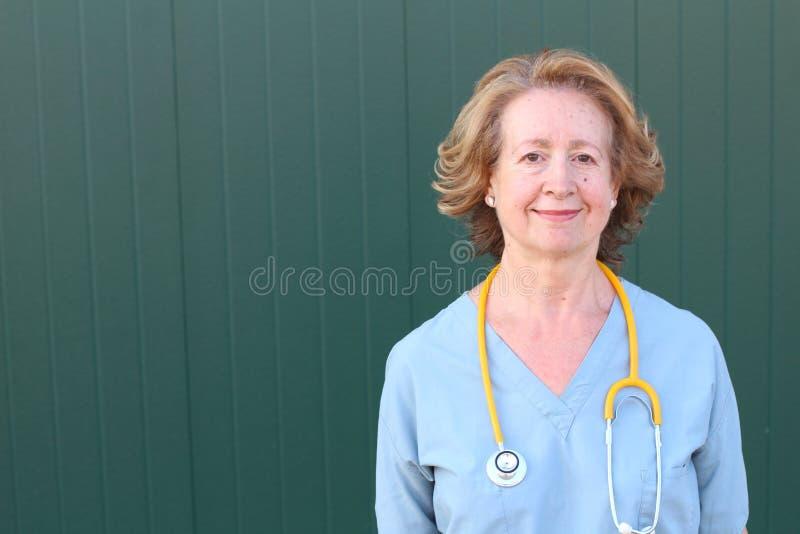 Sechzig Jahre alte Gesundheitswesenarbeitskraft-Abschluss oben lizenzfreies stockfoto