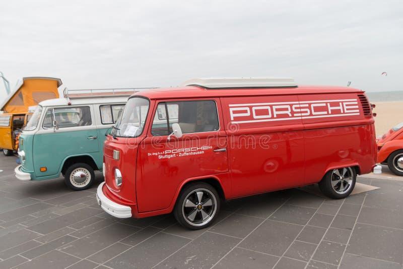 sechziger Jahre VW-combi mit Porsche-Logo auf der Seite geparkt an Scheveningen-Strand während der luftgekühlten klassischen VW-A lizenzfreies stockbild