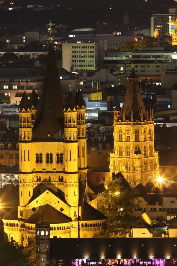 Secne di notte di Köln Groß St Martin, cattedrale di Colonia St Martin, fotografia stock