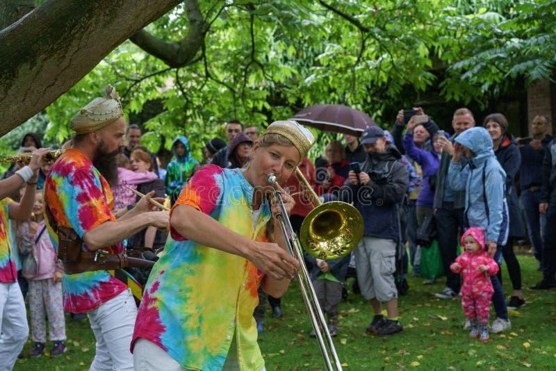 Second Liners Entertaining de M. Wilson une assistance sous la pluie photo libre de droits