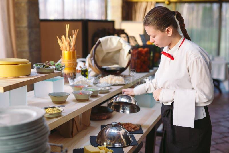 secouez Le serveur met la table Fruits, salades photo libre de droits