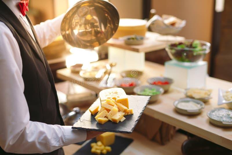 secouez Le serveur met la table Fruits, salades photos stock