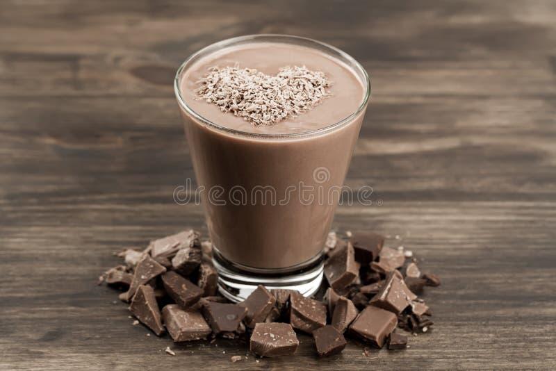 Secousse de chocolat délicieuse avec le coeur sur le fond en bois photos stock