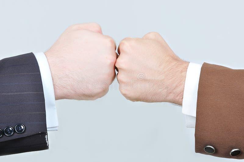 Secousse de deux mains d'hommes d'affaires photo libre de droits
