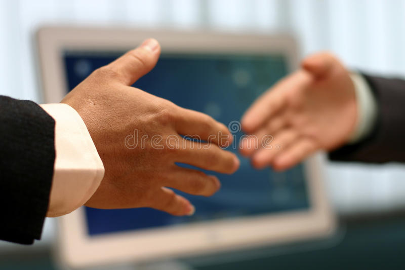 Secousse de main au bureau photographie stock