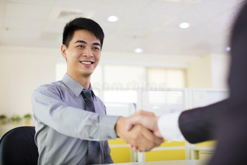 Secousse de main d'homme d'affaires photo stock