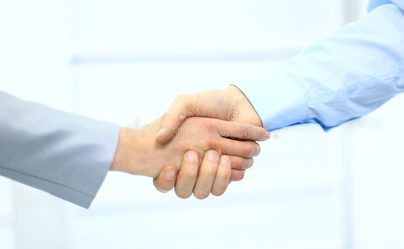 Secousse de main d'hommes d'affaires photos stock