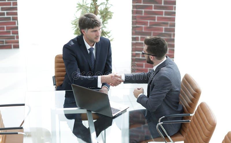 Secousse de mains entre deux gens d'affaires réussis photo stock