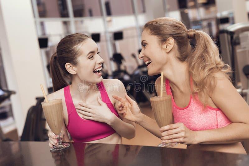 Secousses potables de protéine de mère et de fille au gymnase Ils semblent heureux, à la mode et convenables photographie stock libre de droits