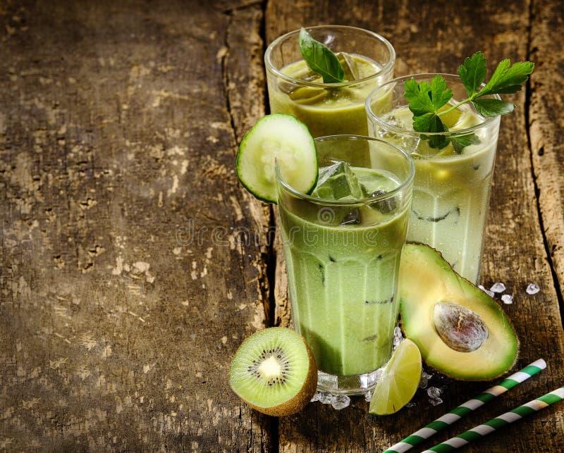 Secousses vertes saines de Smoothie avec les ingrédients crus image stock