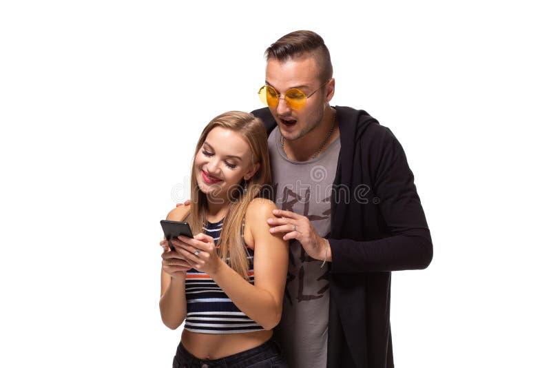 Secrètement écoutant la conversation au-dessus des courriers sociaux de téléphone ou de piaulement, messages Concept de relations photos stock