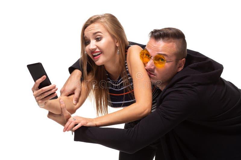 Secrètement écoutant la conversation au-dessus des courriers sociaux de téléphone ou de piaulement, messages Concept de relations images stock