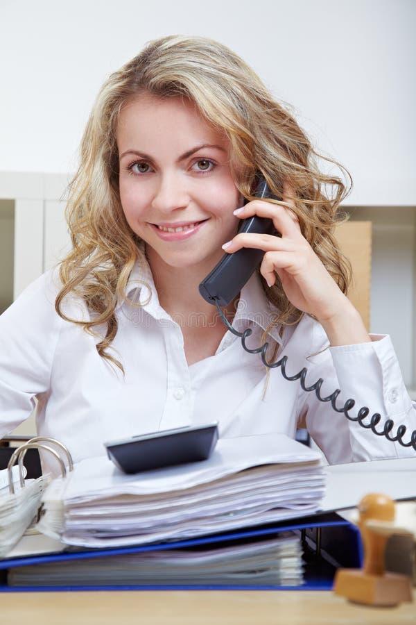 Secrétaire au téléphone photos stock