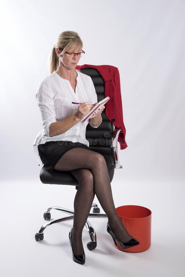 Secrétaire avec le carnet et le crayon image stock