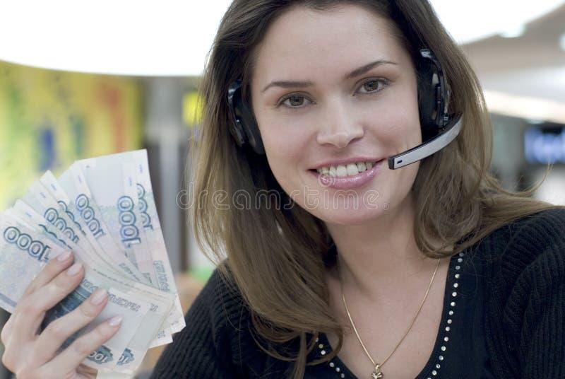 Secrétaire de centre d'attention téléphonique avec de l'argent à disposition image libre de droits