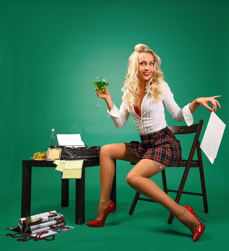 Secrétaire sexy de la fille Pin- à la réception près de la machine à écrire photographie stock