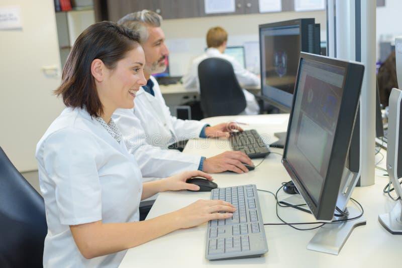 Secrétaires médicaux passant en revue des dossiers photographie stock