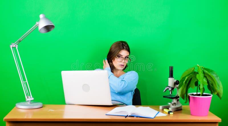 secr?taire concentr? sur le lieu de travail travail de femme dans le bureau sur l'ordinateur portable biologiste de chimiste avec image stock