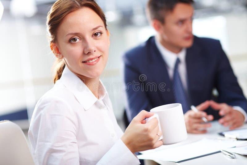 Secretária com café foto de stock royalty free
