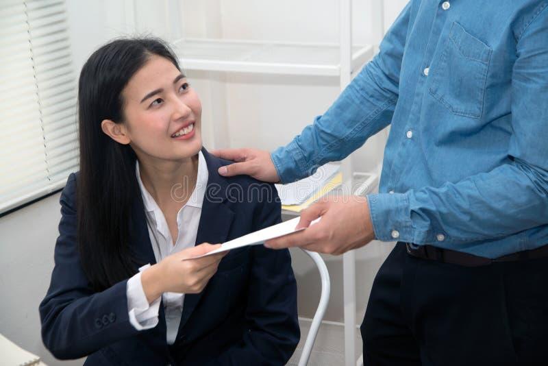 A secretária da linda mulher asiática que foi atacada e ameaçada pelo chefe imagens de stock