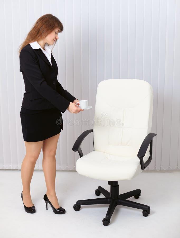 A secretária da mulher trouxe o café à saliência invisível imagens de stock royalty free