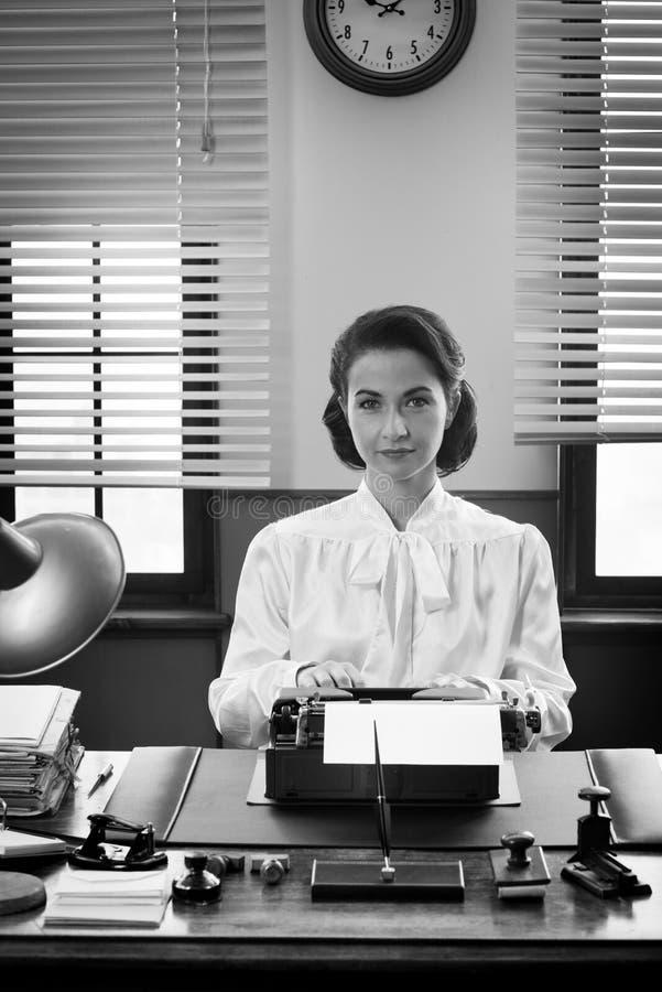 Secretária de sorriso no trabalho imagens de stock