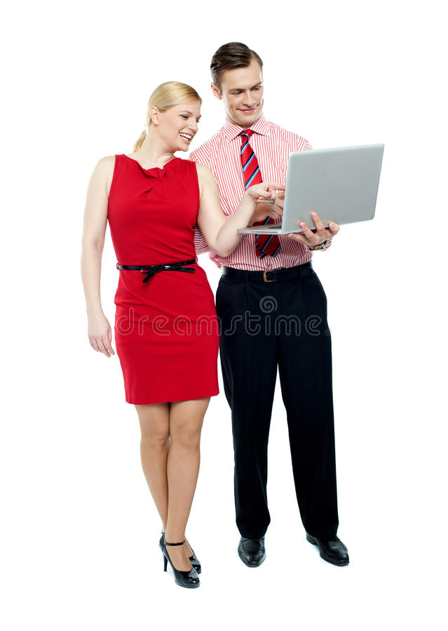 Secretária fêmea que aponta no portátil imagens de stock