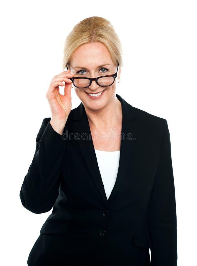 Secretária fêmea que toma um olhar mais atento em você imagens de stock royalty free