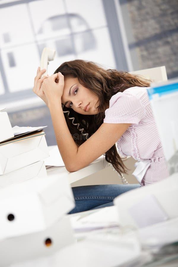 Secretária nova que tem a dor de cabeça no escritório imagens de stock royalty free