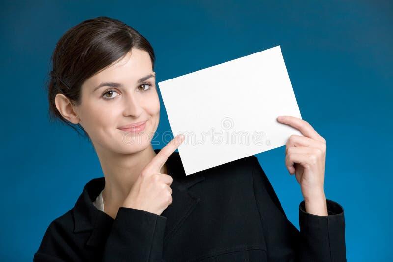 Secretária ou mulher de negócios nova com o cartão de nota em branco fotos de stock royalty free