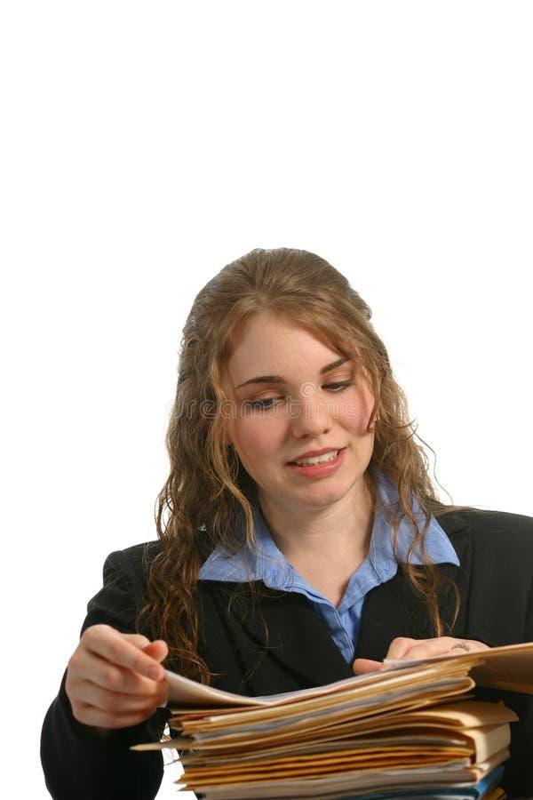 Secretária ou mulher de negócios que olham arquivos fotografia de stock