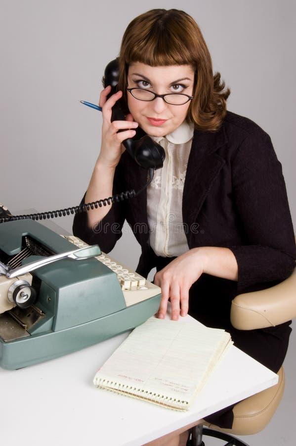 Secretária que senta-se na mesa. foto de stock