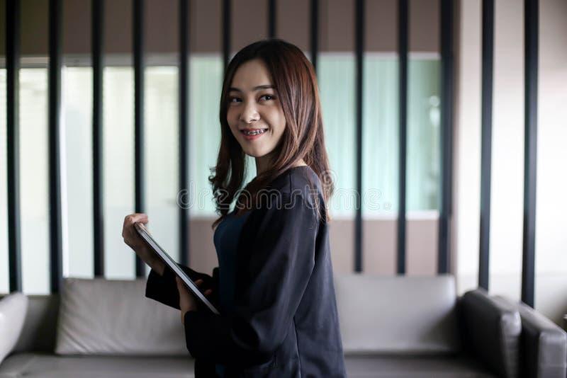 Secretário Ásia da mulher de negócio no fundo branco foto de stock
