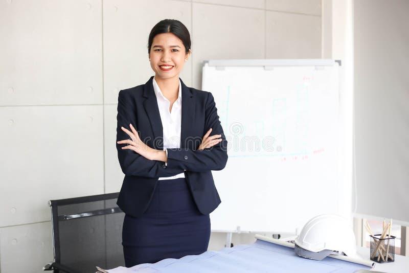 Secretário bonito da mulher de negócio no escritório no local de trabalho, asiático foto de stock royalty free