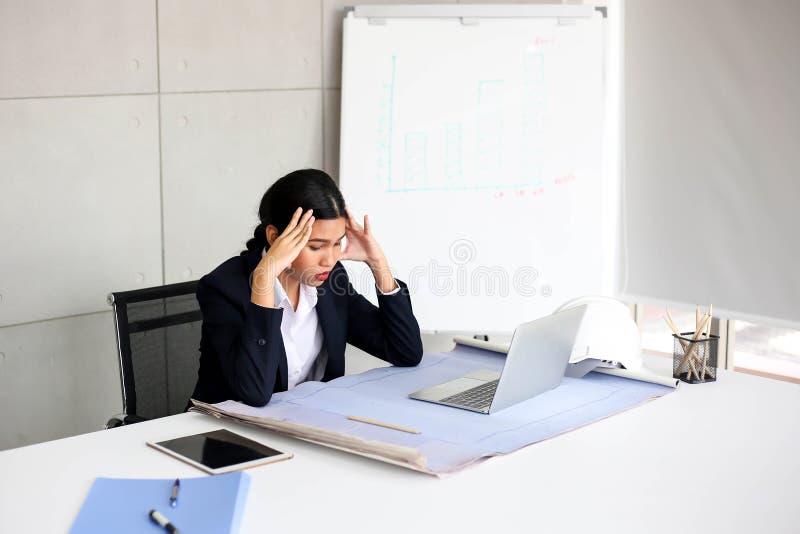 Secretário bonito descontentado irritado Ásia Meeti da mulher de negócio fotografia de stock royalty free