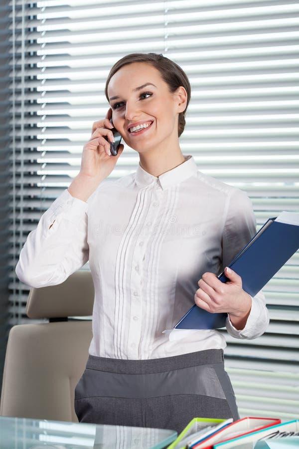 Secretário bonito que fala no telefone imagens de stock royalty free