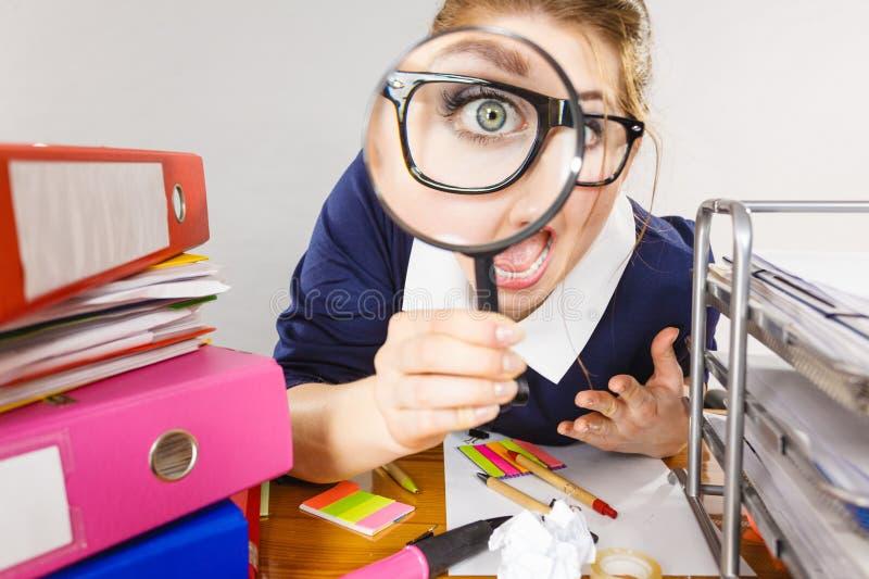 Secretário de trabalho do escritório engraçado da mulher com lente de aumento imagens de stock