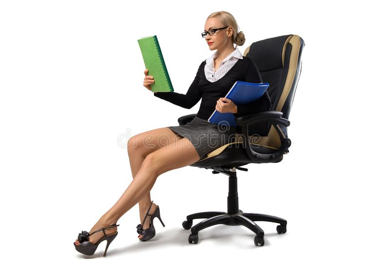 Secretário louro 'sexy' que senta-se na cadeira do escritório fotografia de stock