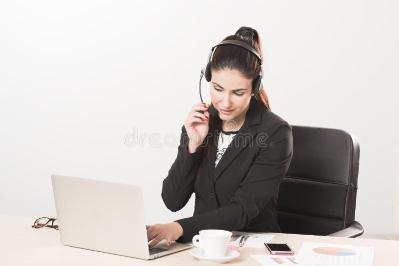 Secretário novo com os auriculares que respondem a uma chamada fotografia de stock royalty free