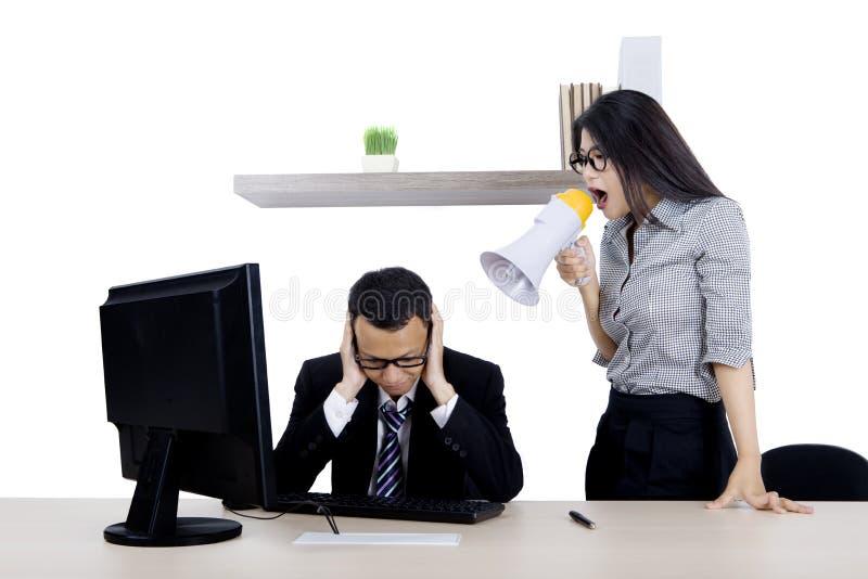 Secretário que grita a seu chefe com megafone imagens de stock royalty free