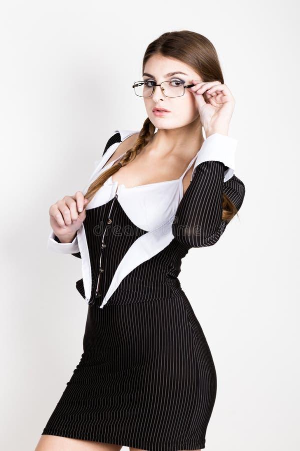Secretário 'sexy', retrato da senhora moreno bonita do negócio com vidros e de vestir no terno das riscas fotografia de stock royalty free