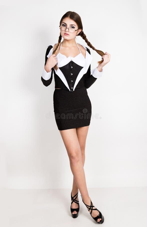Secretário 'sexy', retrato da senhora moreno bonita do negócio com vidros e de vestir no terno das riscas imagem de stock