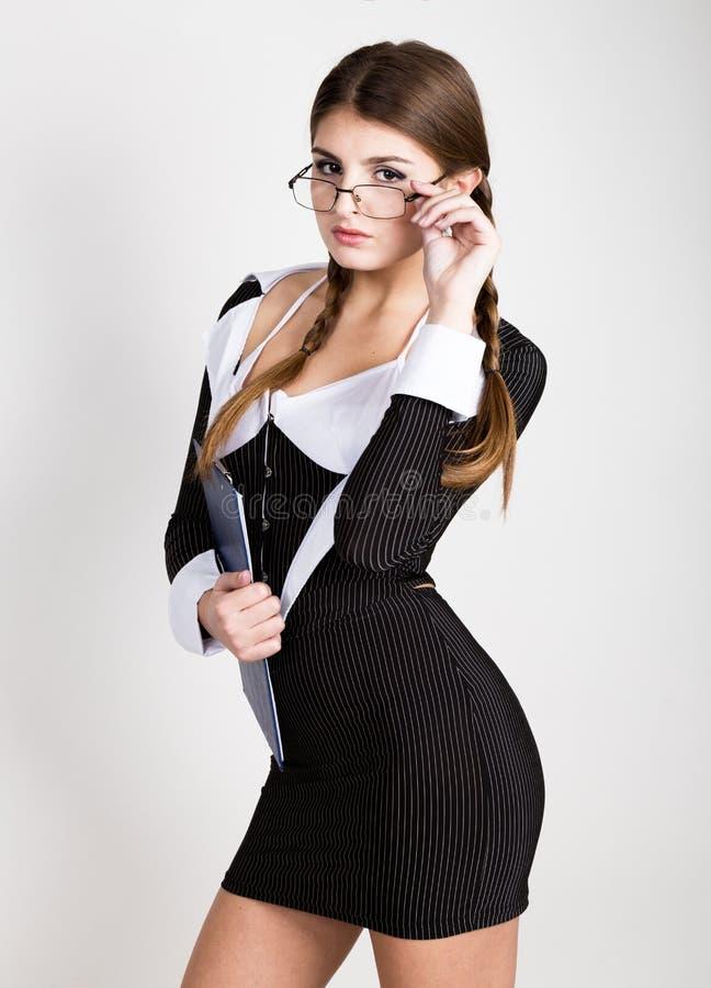 Secretário 'sexy', retrato da senhora moreno bonita do negócio com vidros e de vestir no terno das riscas fotografia de stock