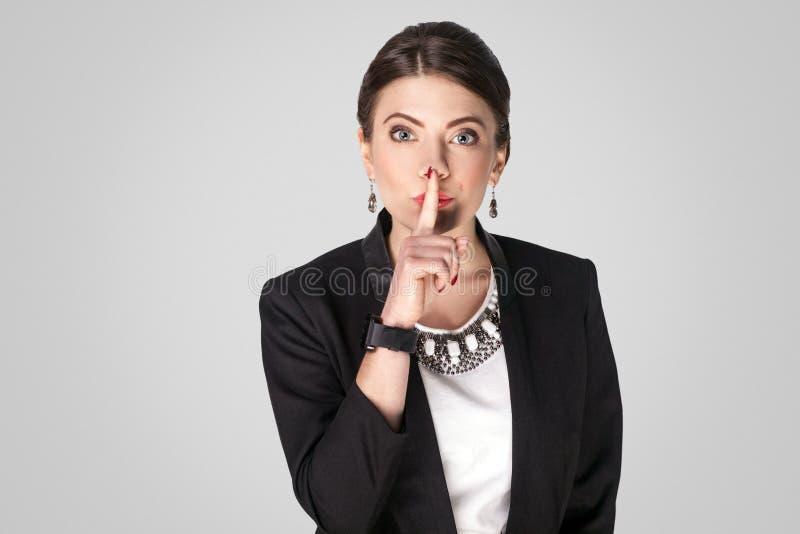 secret Femme de patron montrant chut, signe tranquille photographie stock